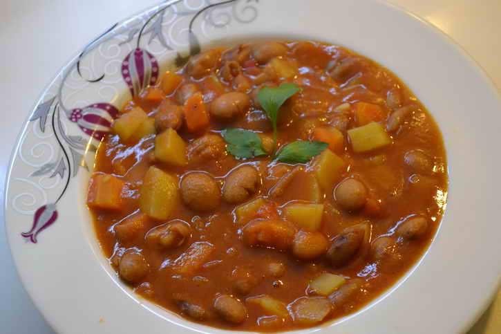 белая фасоль с томатами и перцем