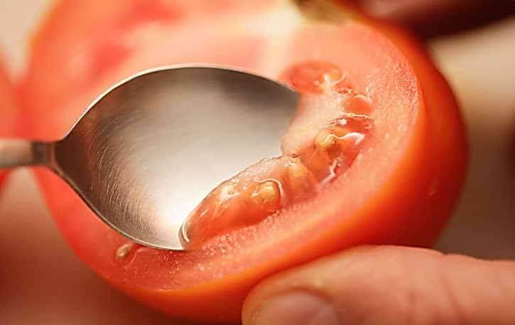 ложкой выбрать семена томатов