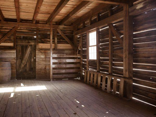 Сарай должен быть оборудован окном чтобы лучи солнца проникали в помещение через оконные отверстия